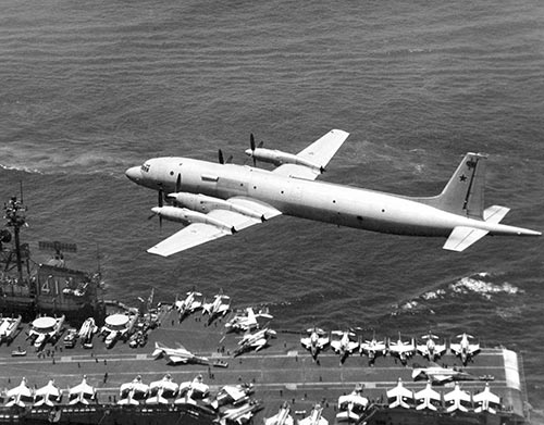 Soviet_Il-38_May_passing_low_over_USS_Midway-072915